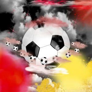 Ein Fußball inmitten schwarz-rot-goldener Atmosphäre, umkreist von weiteren Fußbällen