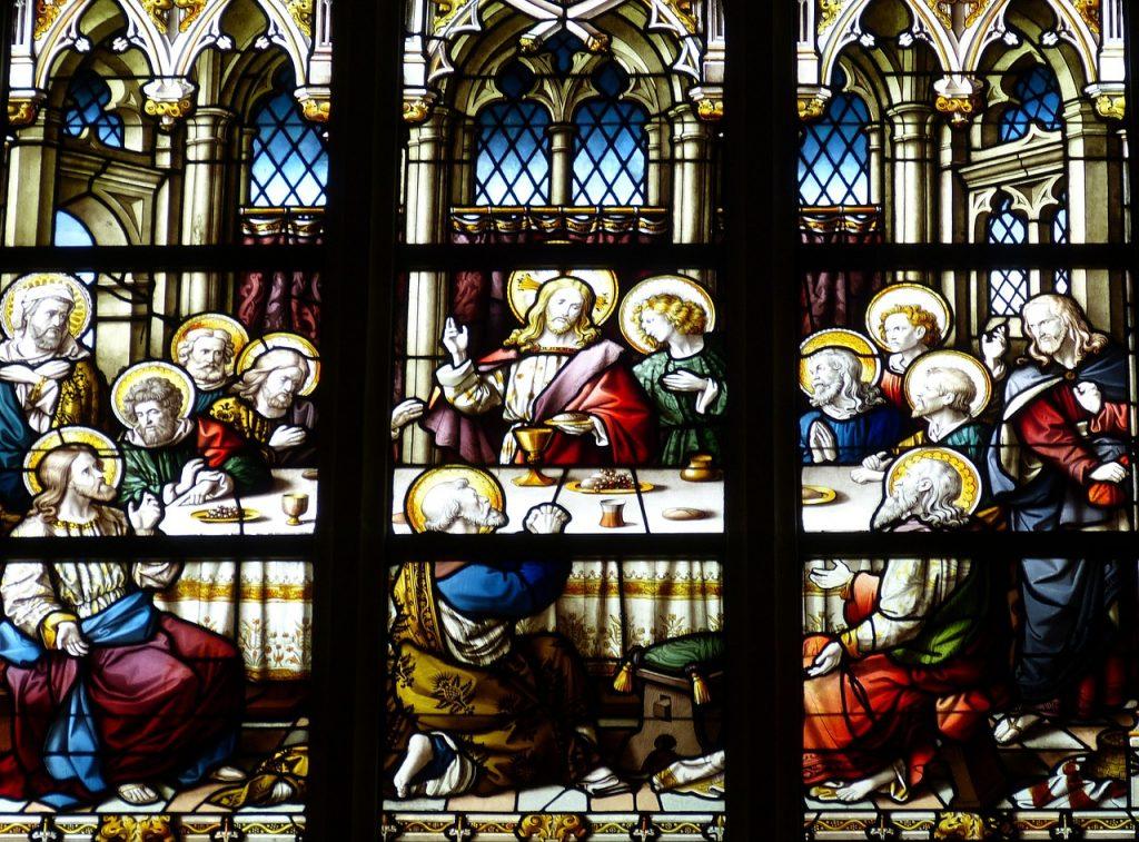 Kirchenfenster mit der Darstellung der Einsetzung des Heiligen Abendmahls