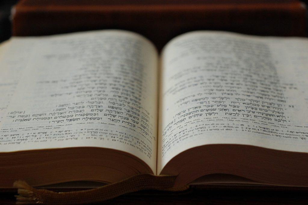 Zwei Seiten der aufgeschlagenen hebräischen Bibel - nicht das Buch Samuel