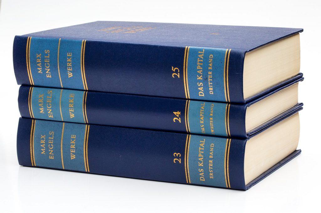 Die drei Bände des Kapitals von Karl Marx, aufeinander gestapelt