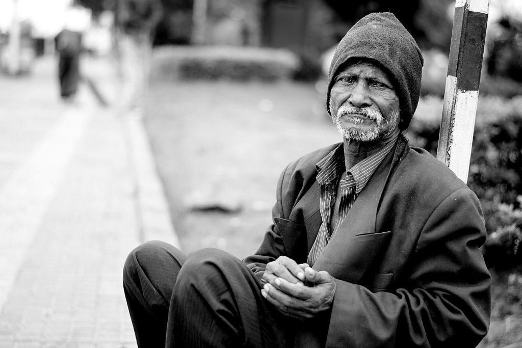 Wie würde der arme Lazarus heute aussehen? Das Bild eines indischen Obdachlosen, er an der Straße sitzt. Erschrecken wir vor den sozialen Problemen unserer Welt?