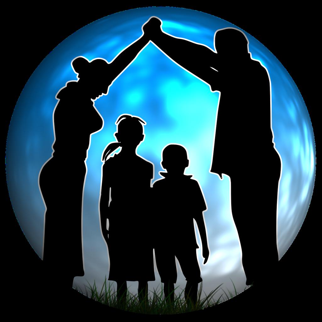 Familienpartnerschaft - Mutter und Vater bilden mit ihren Händen ein Dach über zwei Kindern