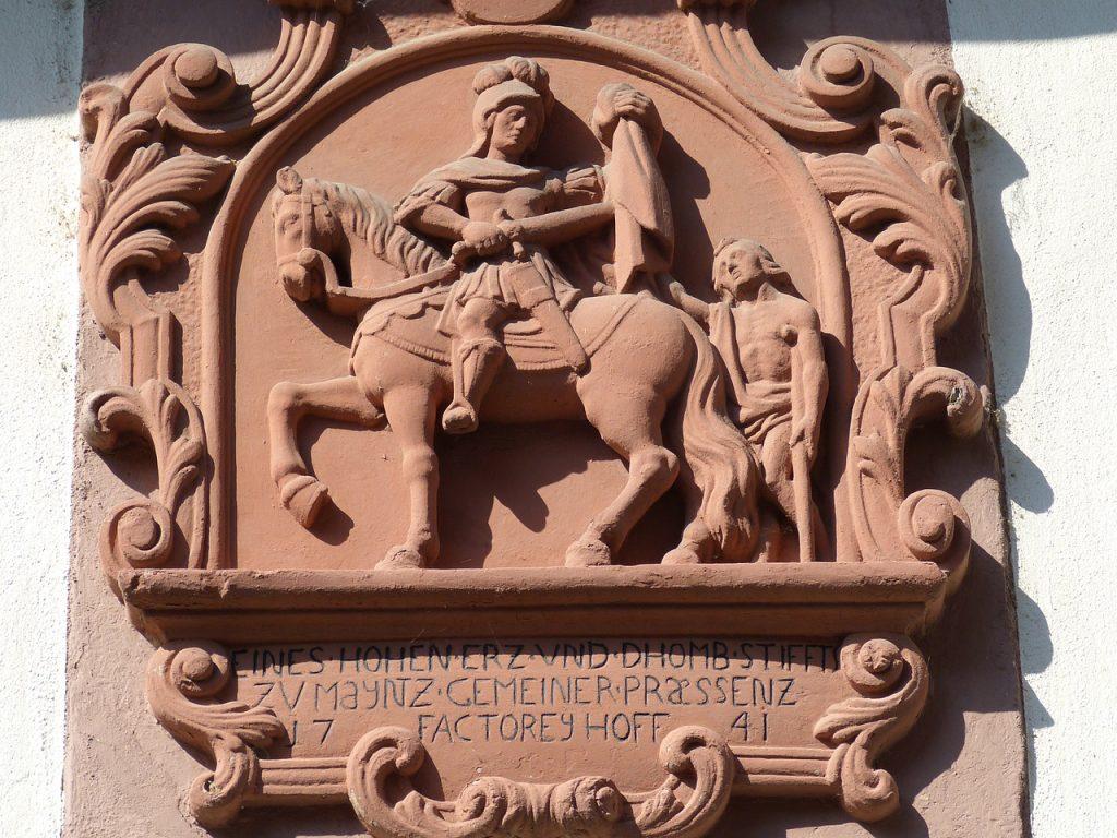Der Heilige Martin zerteilt seinen Mantel mit dem Schwert (Relief)