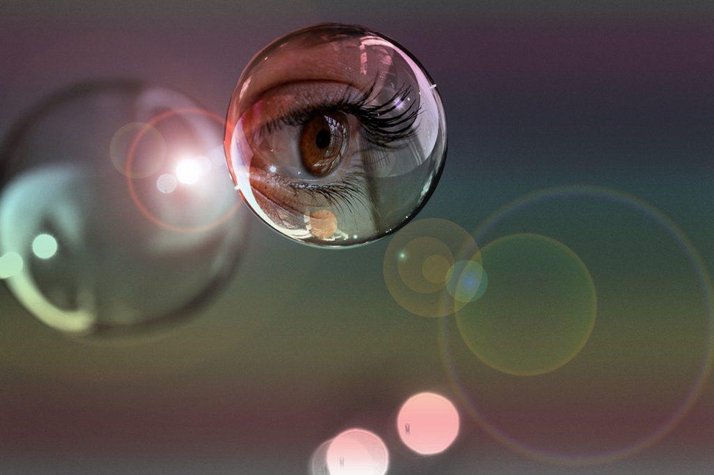In einer Seifenblase ist ein Auge sichtbar