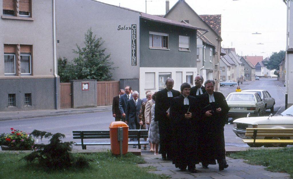 Feierlicher Einzug zur Ordination von Pfarrer Helmut Schütz mit den ordinierenden Pfarrern und dem Kirchenvorstand