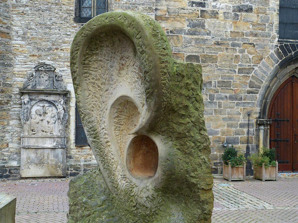 Jesus berührt Ohr und Zunge des Taubstummen: das Bild zeigt die Skulptur eines riesigen Ohres vor einer Kirche in Stadthagen