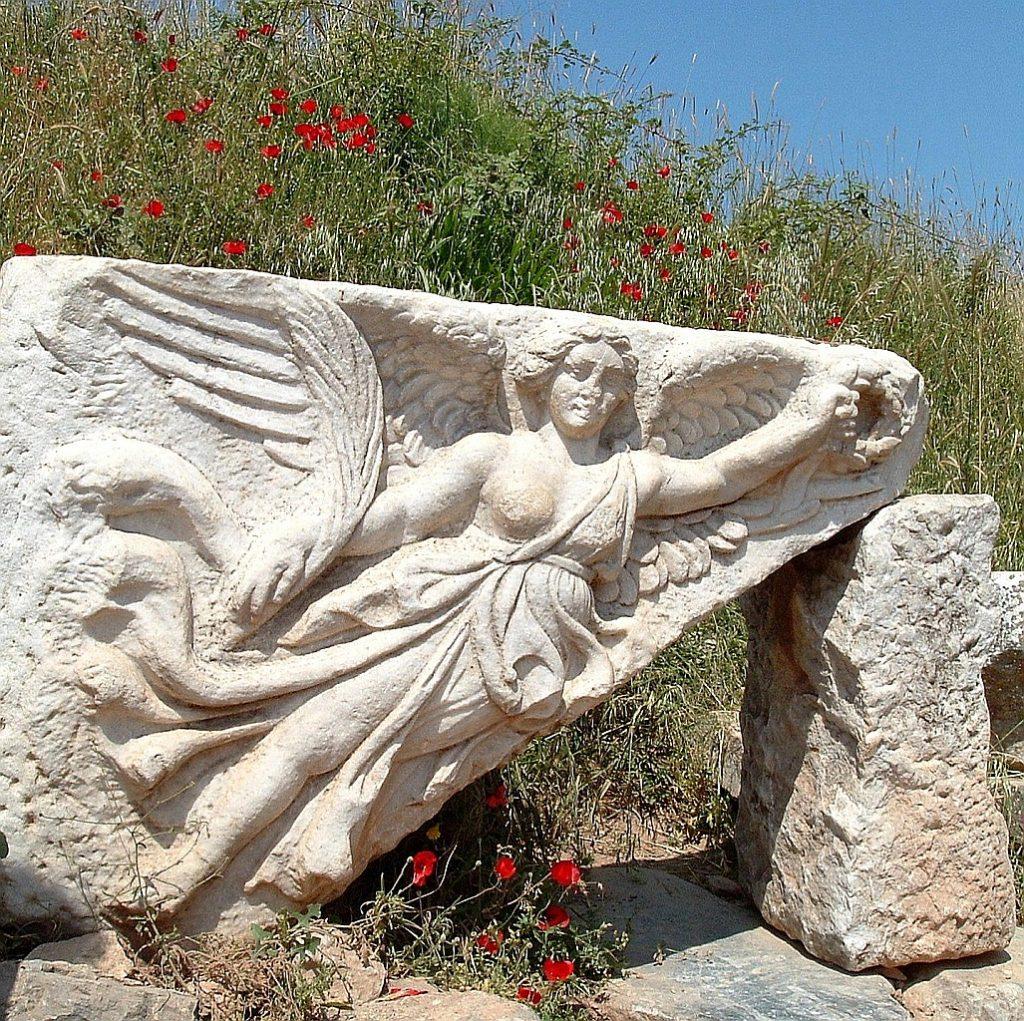 Relief von Nike, der griechischen Göttin des Sieges, in Ephesus