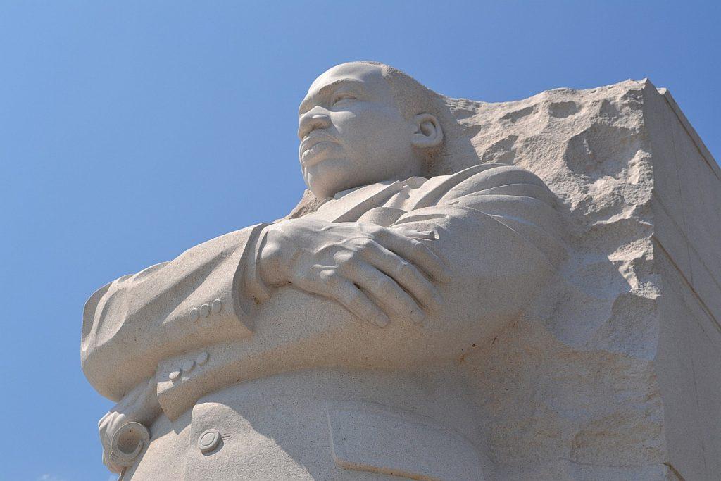 Nächstenliebe: Das Bild zeigt die monumentale Statue von Martin Luther King in Washington
