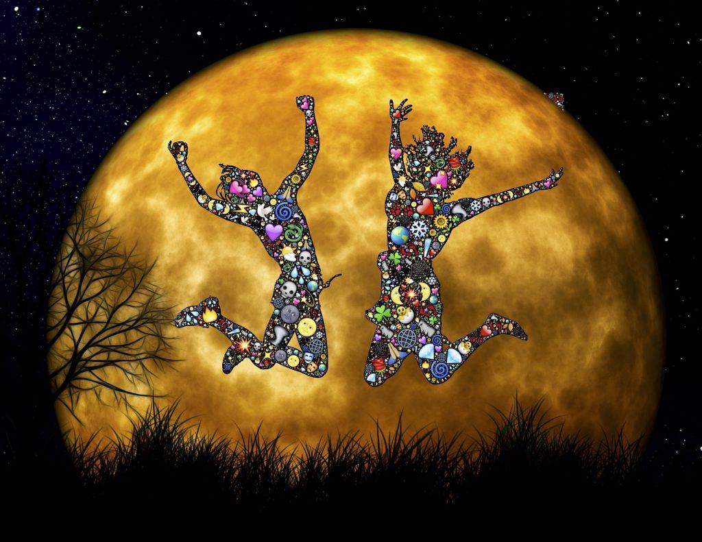 Zwei mit Symbolen überhäufte weibliche Gestalten springen begeistert vor Freude vor einer Planeten- oder Mondkugel