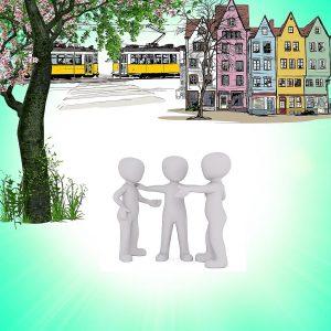 Streiten um des Friedens willen: Drei Figuren sind dargestellt, die mittlere versucht, zwei Streithähne miteinander zu versöhnen; im Hintergrund Straßenbahn und städtische Häuserzeile