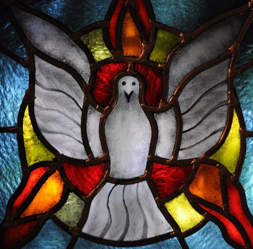 Der Heilige Geist, symbolisiert durch Taube und Flammen (Bild: pixabay.com)