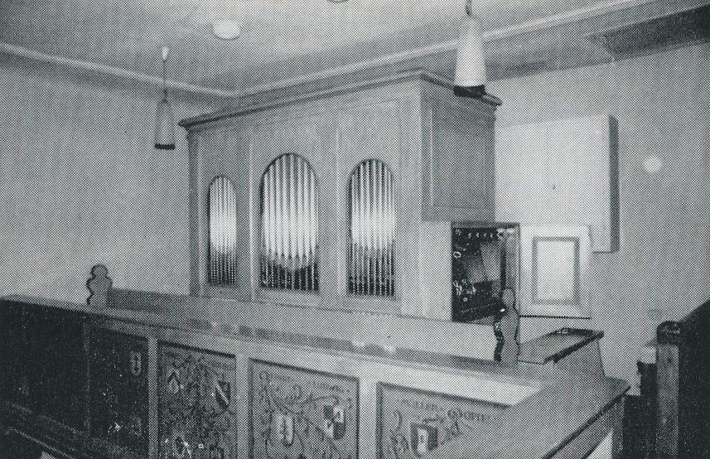 Die im Jahr 1981 von der Licher Orgelbaufirma Förster & Nicolaus restaurierte Orgel in der Kirche von Heuchelheim/Wetterau