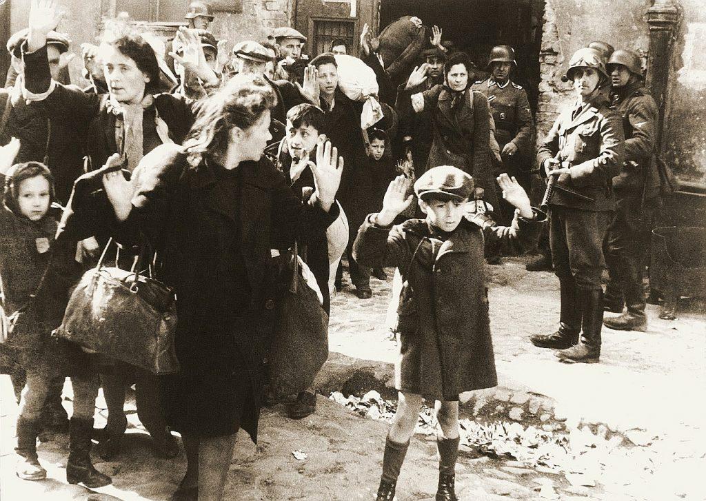 Gott erleben mitten in der Hölle: Das Foto aus dem Warschauer Ghetto zeigt Frauen und Kinder mit erhobenen Händen, die von bewaffneten Soldaten bedroht werden
