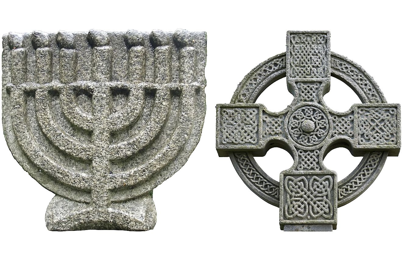 Die Menora und das Kreuz als Symbol für Juden und Christen