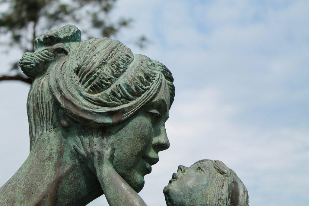 Skulptur Mutter und Kind - in zärtlicher Geste verbunden