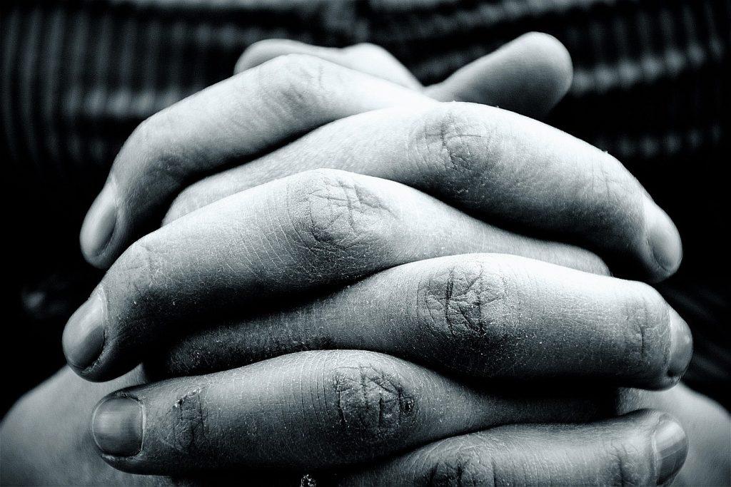 Im Gebet Kraft und Mut gewinnen: Das Bild zeigt gefaltete Hände