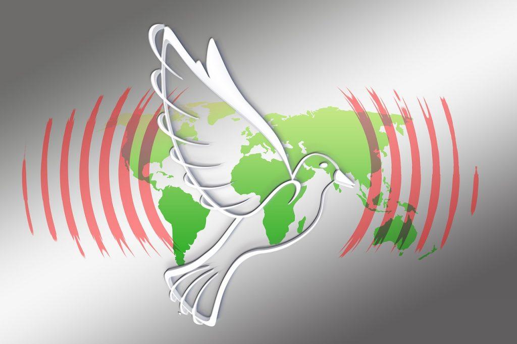 Eine Friedenstaube strahlt Wellen aus über der Weltkarte
