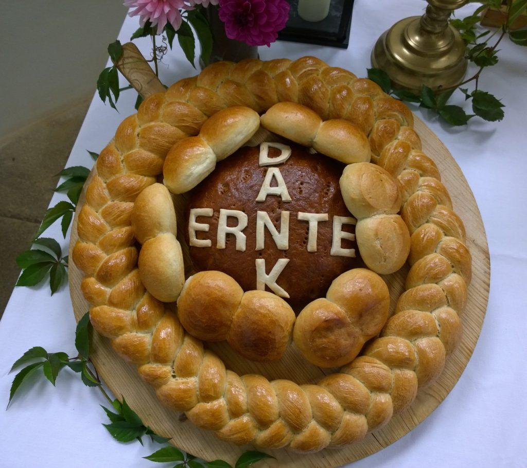Erntedankbrot - kranzförmig mit dem Schriftzug Erntedank in der Mitte