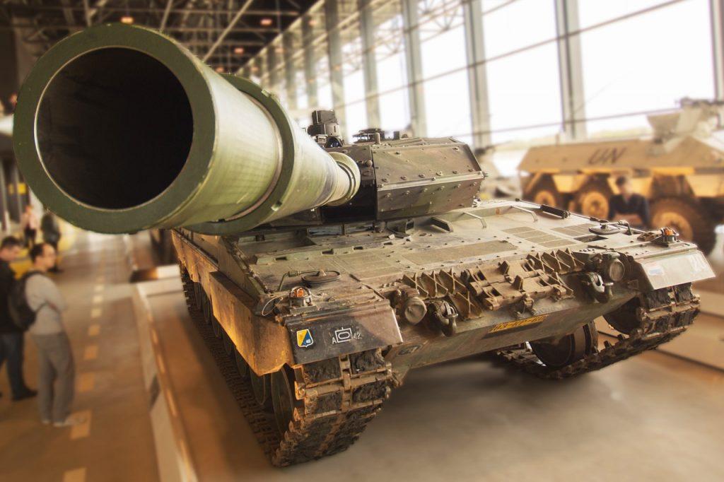 Ein Panzer, dessen riesenhaft dargestelltes Rohr schräg auf den Betrachter ausgerichtet ist