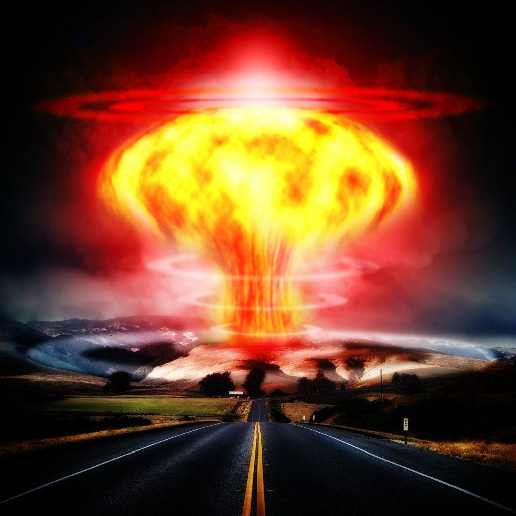 Atomexplosion, auf die eine Autobahn zuführt