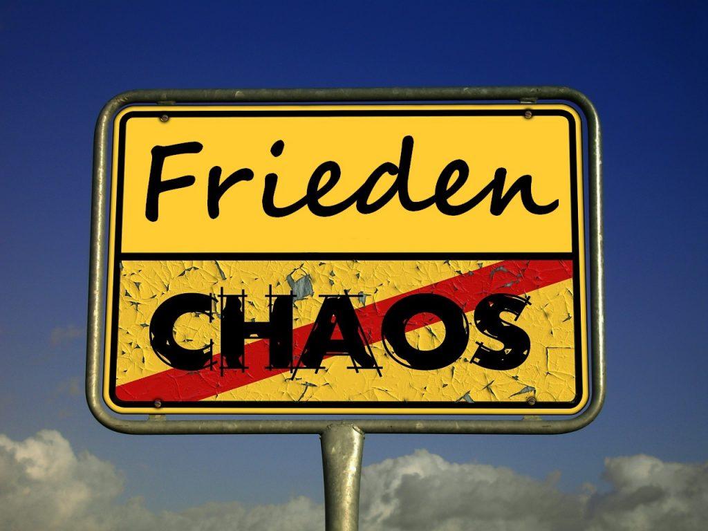 """Ortsausgangsschild: """"Frieden statt Chaos"""""""