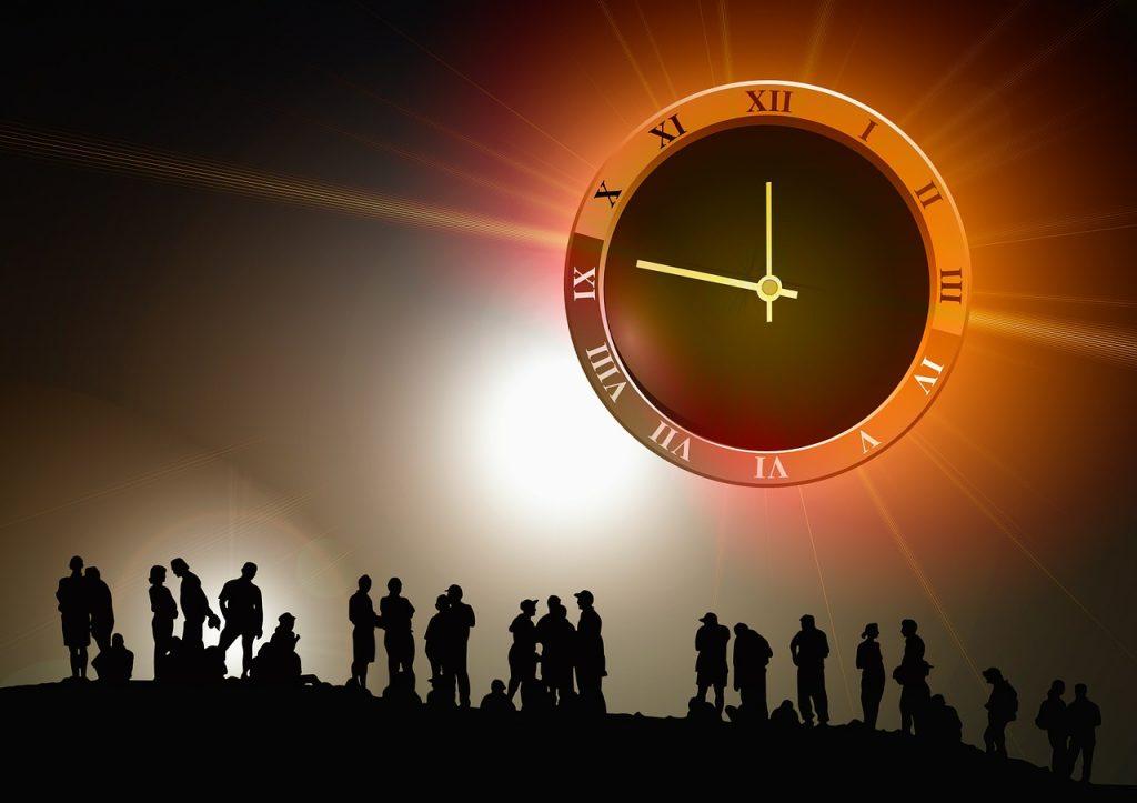 Silhouetten von Menschen, darüber eine Uhr auf 13 vor 12