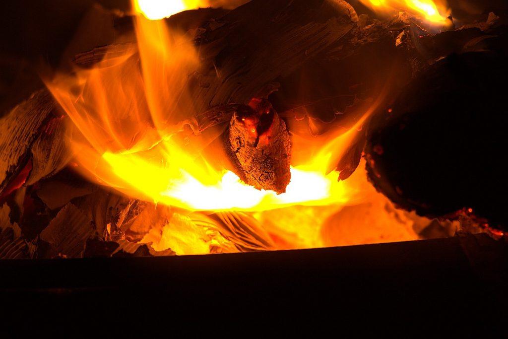 Feuerprobe für unseren Glauben: Das Bild zeigt ein Feuer, in dem irgendetwas brennt