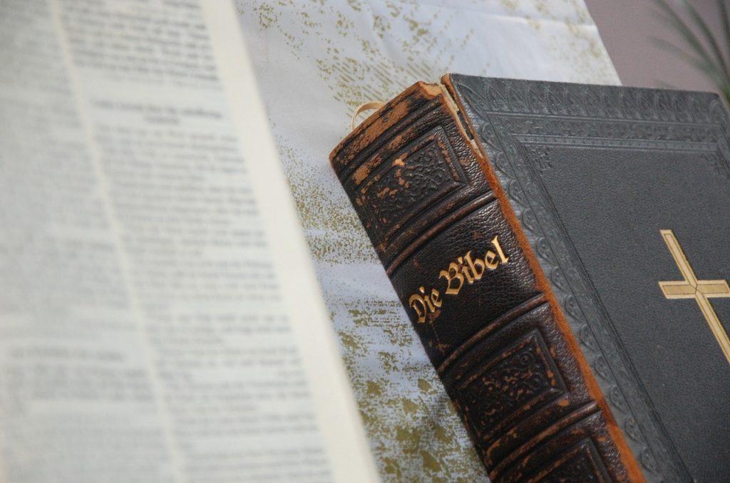Eine abgegriffene alte Bibel