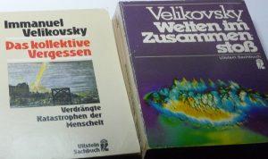 Zwei Buchcover von Immanuel Velikovsky: Das kollektive Vergessen. Verdrängte Katastrophen der Menschheit, und Welten im Zusammenstoß
