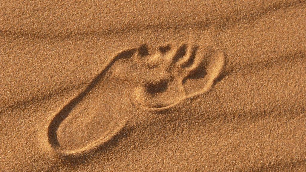 Fußspur im Sand der Wüste