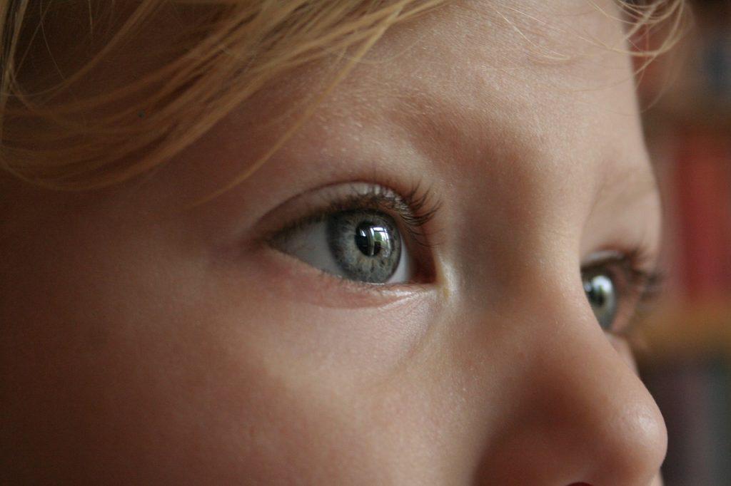 Die Augen eines Mädchens blicken nach rechts oben