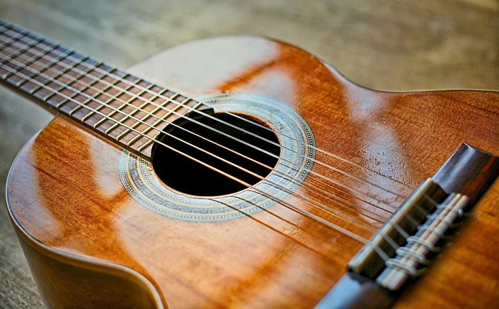Paulus ist bekehrt - er lässt sich von Jesus einspannen wie ein Gitarrenspieler eine Gitarrensaite in sein Instrument einspannt: Das B ild zeigt die Saiten einer einfachen Gitarre