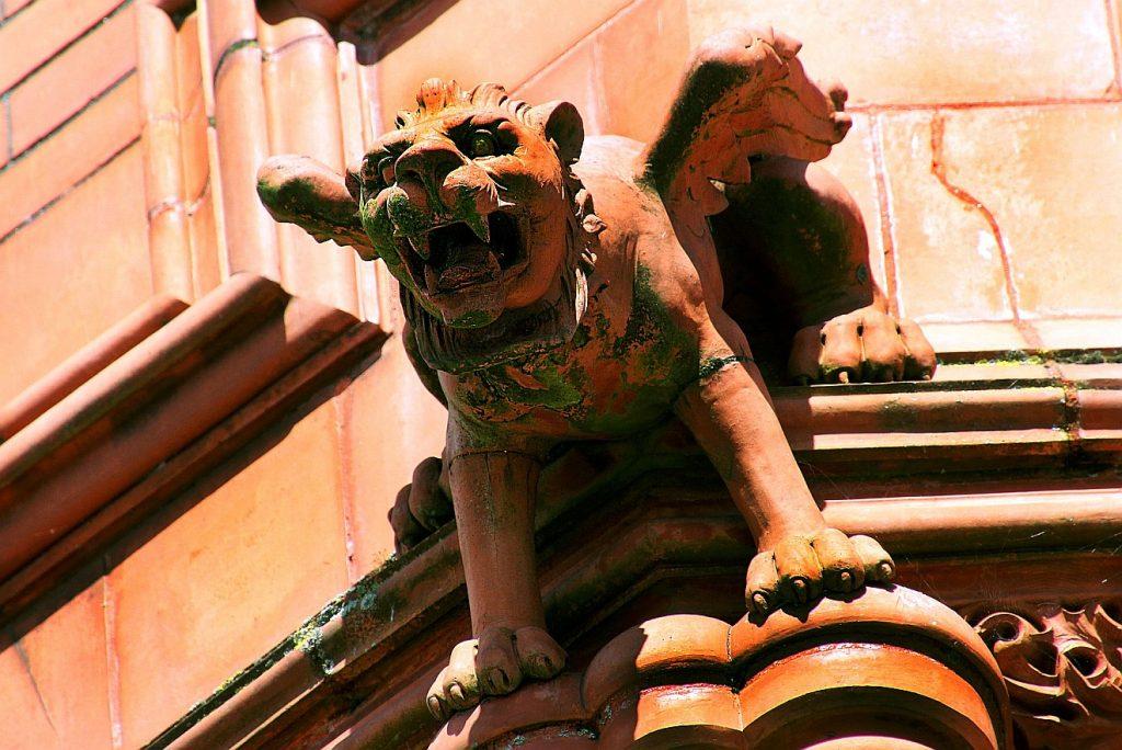 Ein Wasserspeier in der Gestalt eines brüllenden Löwen, ein Teufel mit Flügeln