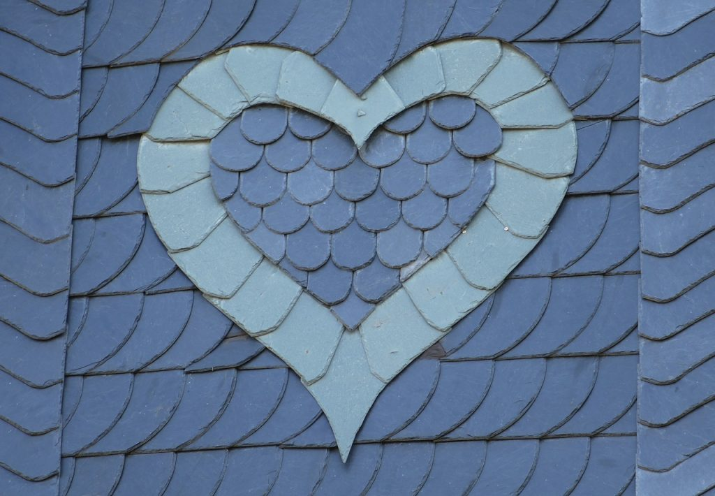 Ein Herz auf einem Schieferdach in hellerer Schieferfarbe
