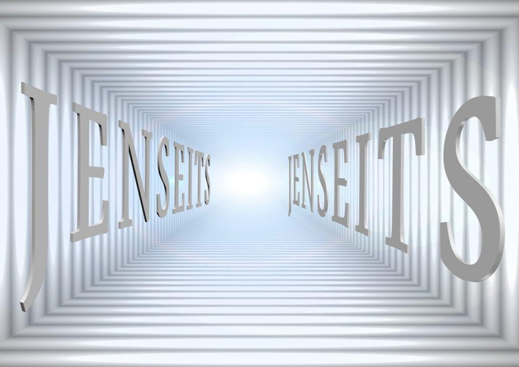"""Zwei Schriftzüge """"Jenseits"""" rechts und links stehen wie Wände, die den Blick in das Licht im Hintergrund leiten"""