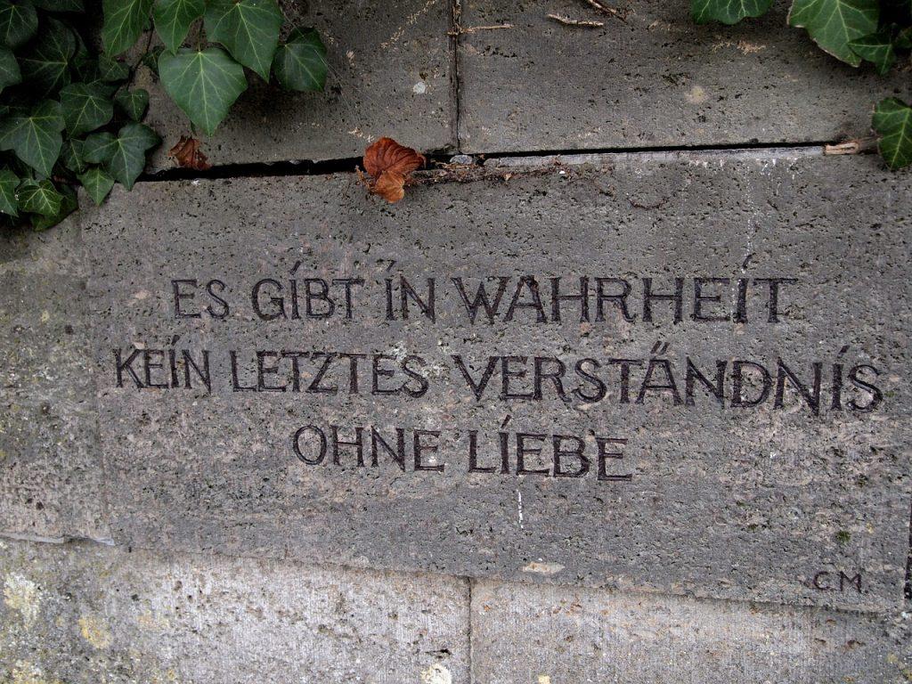 """Inschrift auf einem Grabstein: """"Es gibt in Wahrheit kein letztes Verständnis ohne Liebe"""""""