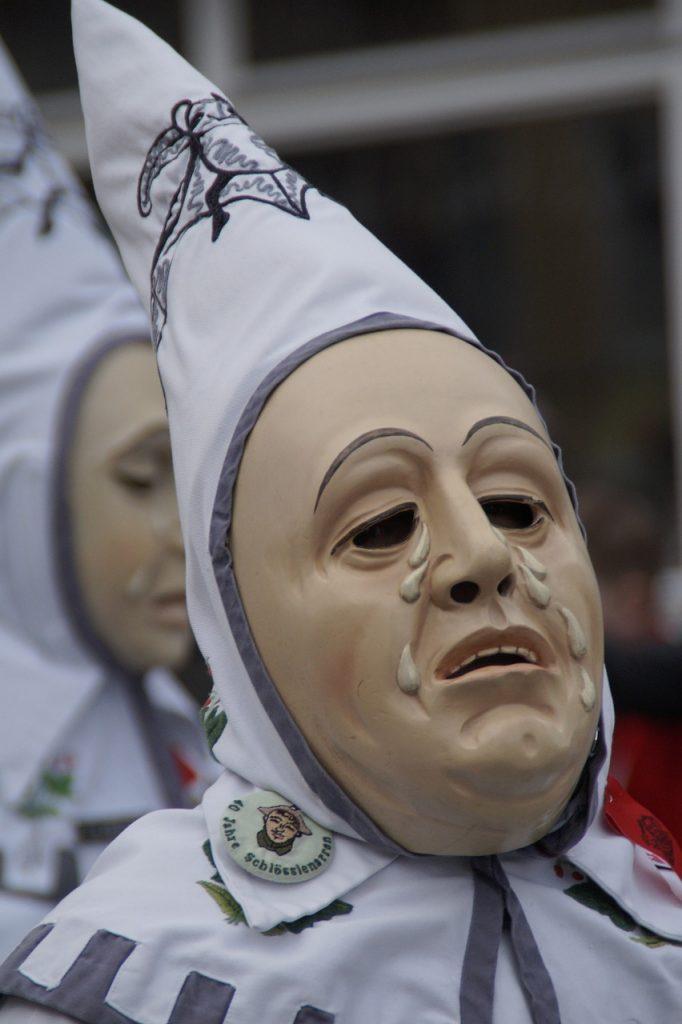 Traurige Fastnachtsmaske - weinender Narr mit spitzer weißer Kappe