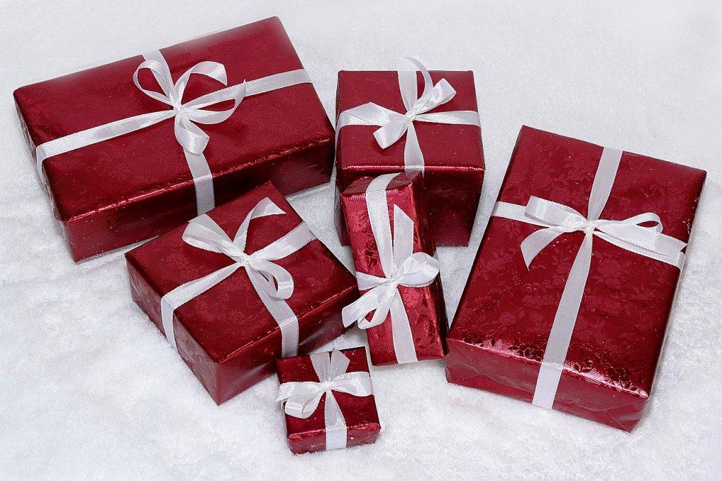 6 unterschiedlich große in Geschenkpapier eingepackte Weihnachtsgeschenke