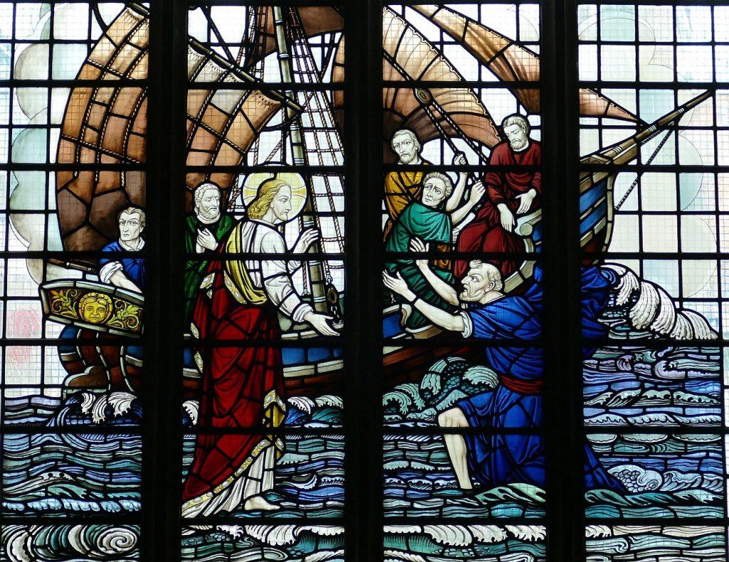 Kirchenfenster: Jesus und Petrus wandeln auf dem Meer, Petrus bittet Jesus um Hilfe, im Hintergrund das Boot mit den anderen Jüngern