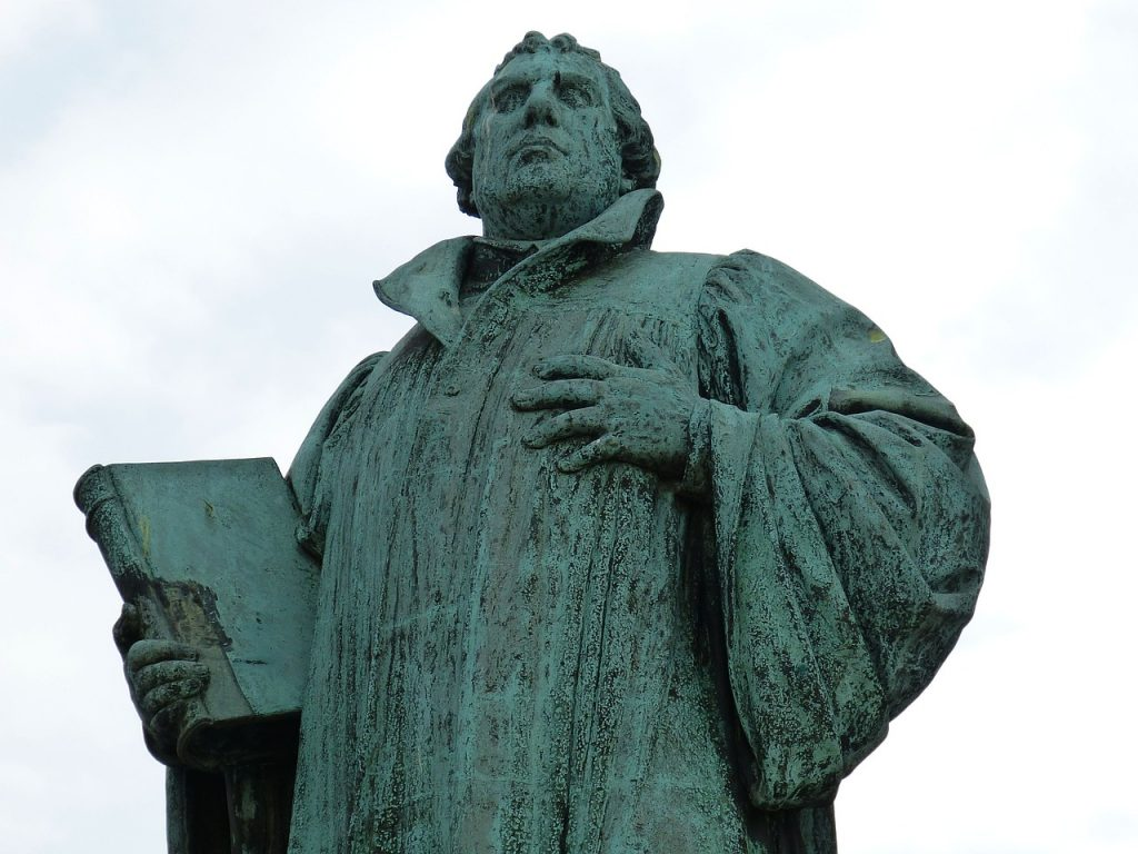 Standbild Martin Luther mit Bibel