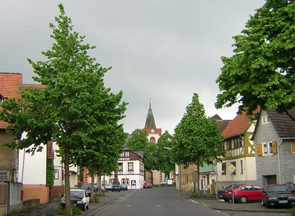 Hauptstraße von Reichelsheim/Wetterau mit der Kirche