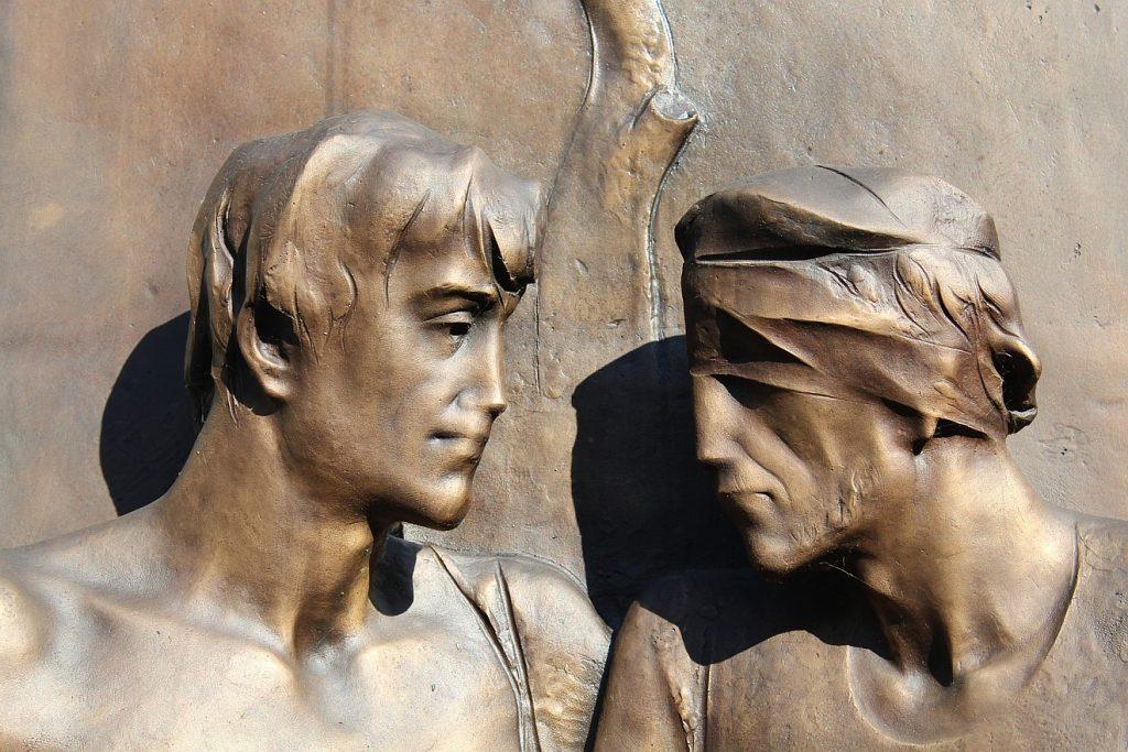 Skulptur: Solidarität eines Sehenden mit einem, der blind ist, der verbundene Augen hat