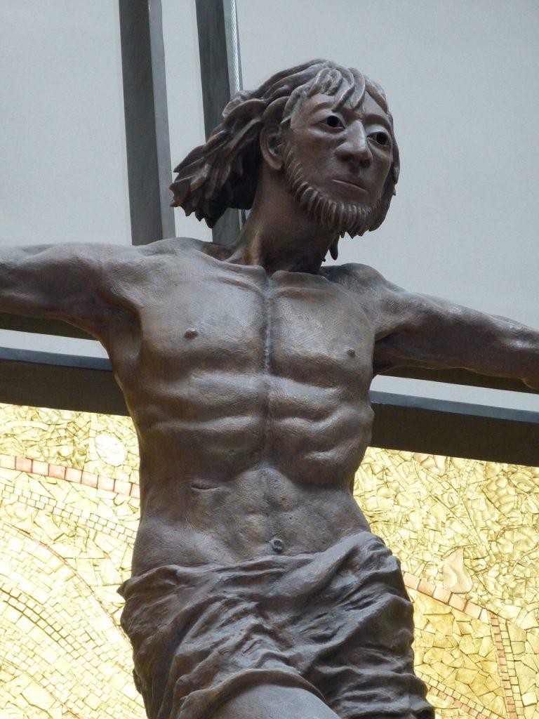 Jesus hängt am Kreuz - mit leidendem, aber entschlossenem Blick