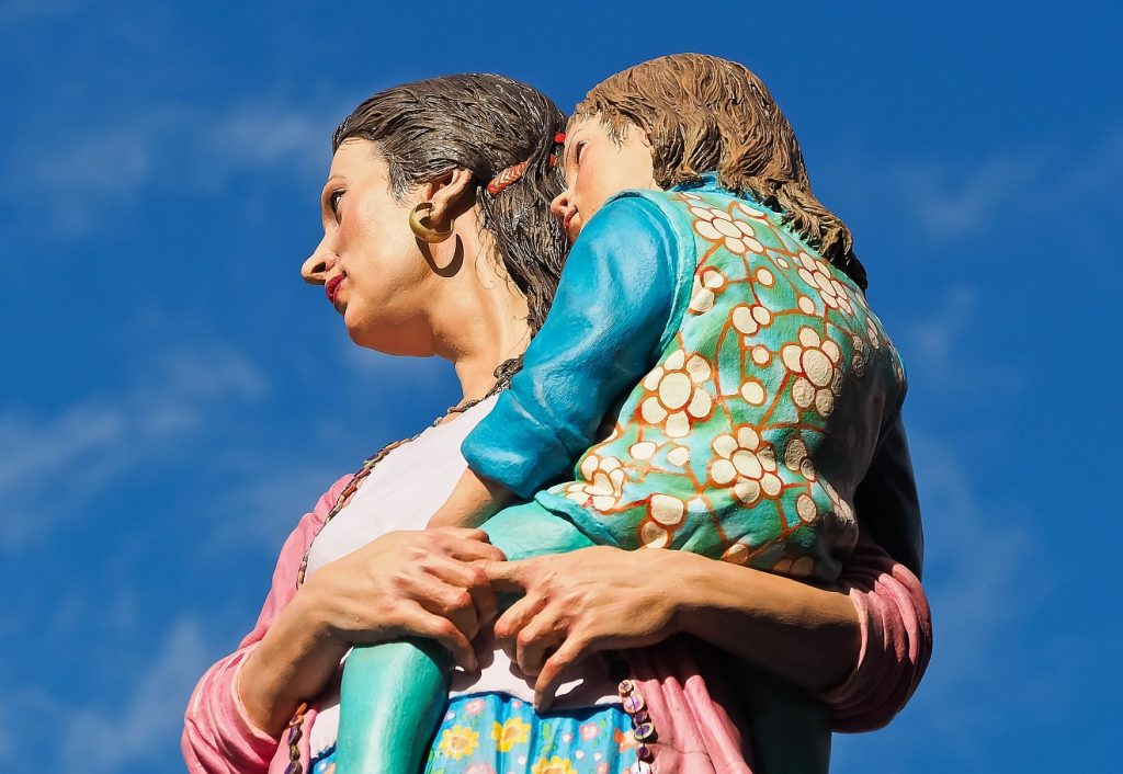 Die Skulptur einer Frau, die ihre Tochter auf dem Arm trägt