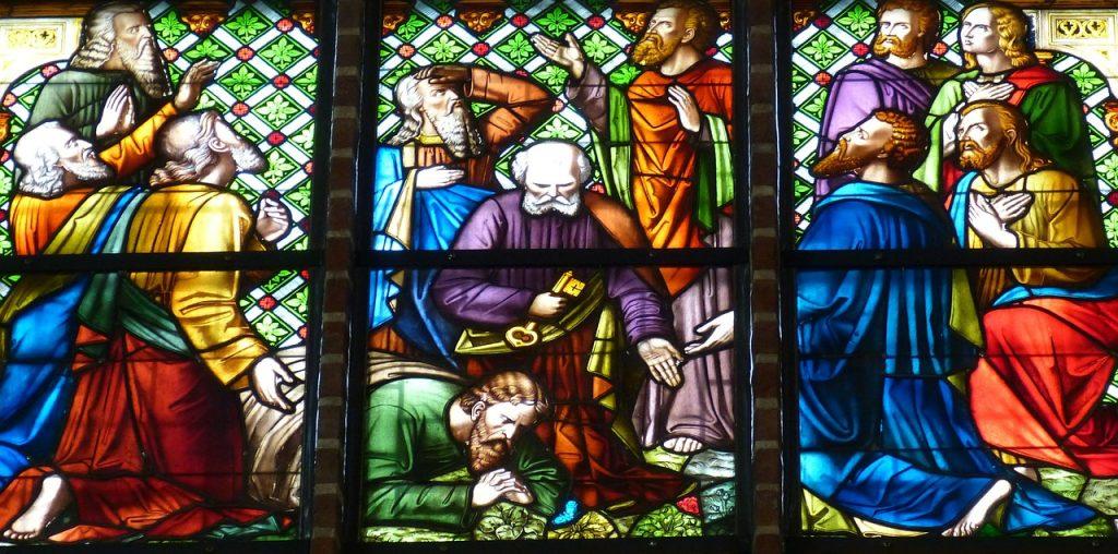 Ein Kirchenfenster zeigt acht Jünger Jesu, wie sie ihm in den Himmel nachstarren; Petrus mit einem Schlüssel in der Hand schaut zu Boden, wo ein elfter Jünger betend einen blauen Schmetterling betrachtet