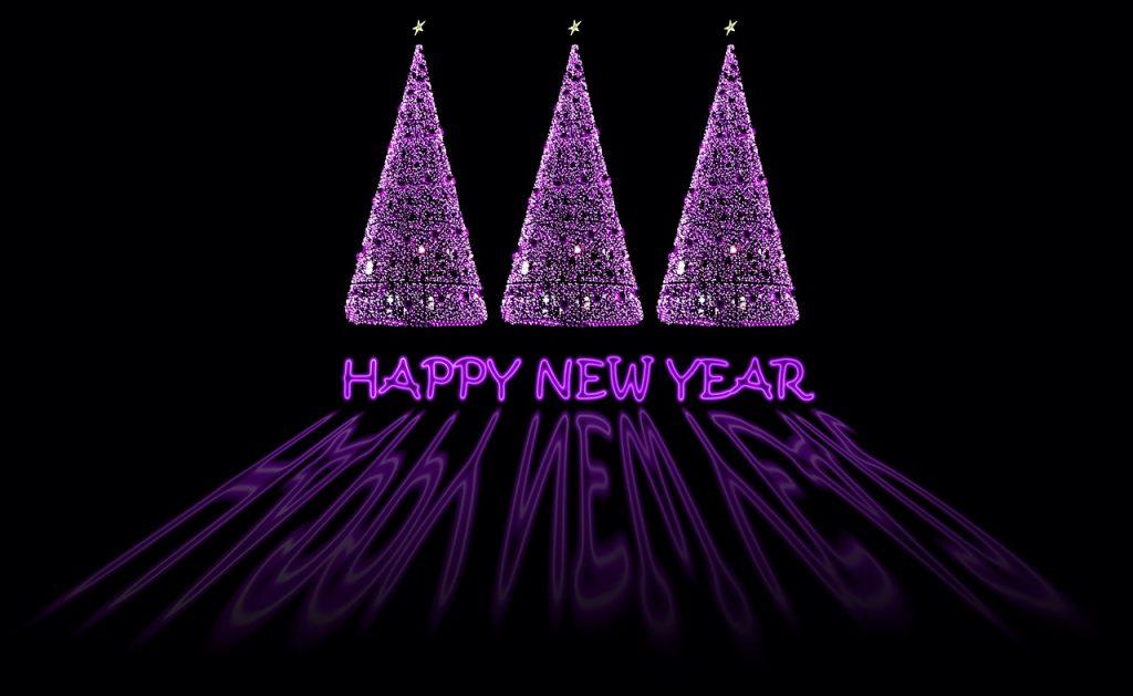 Drei lila leuchtende Weihnachtsbäume stehen oberhalb des Schriftzuges: Happy New Year