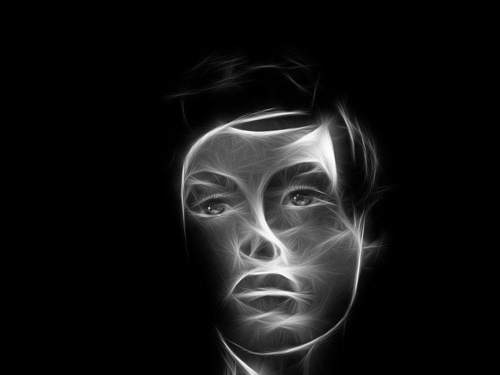 Gesicht einer Frau mit rauchartig hervorgehobenen Zügen auf schwarzem Hintergrund