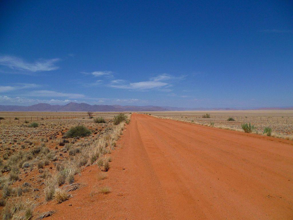 Eine Straße führt durch die Wüste