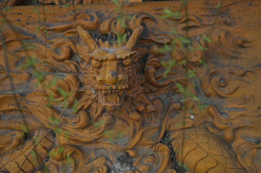 Relief eines furchterregenden Drachen