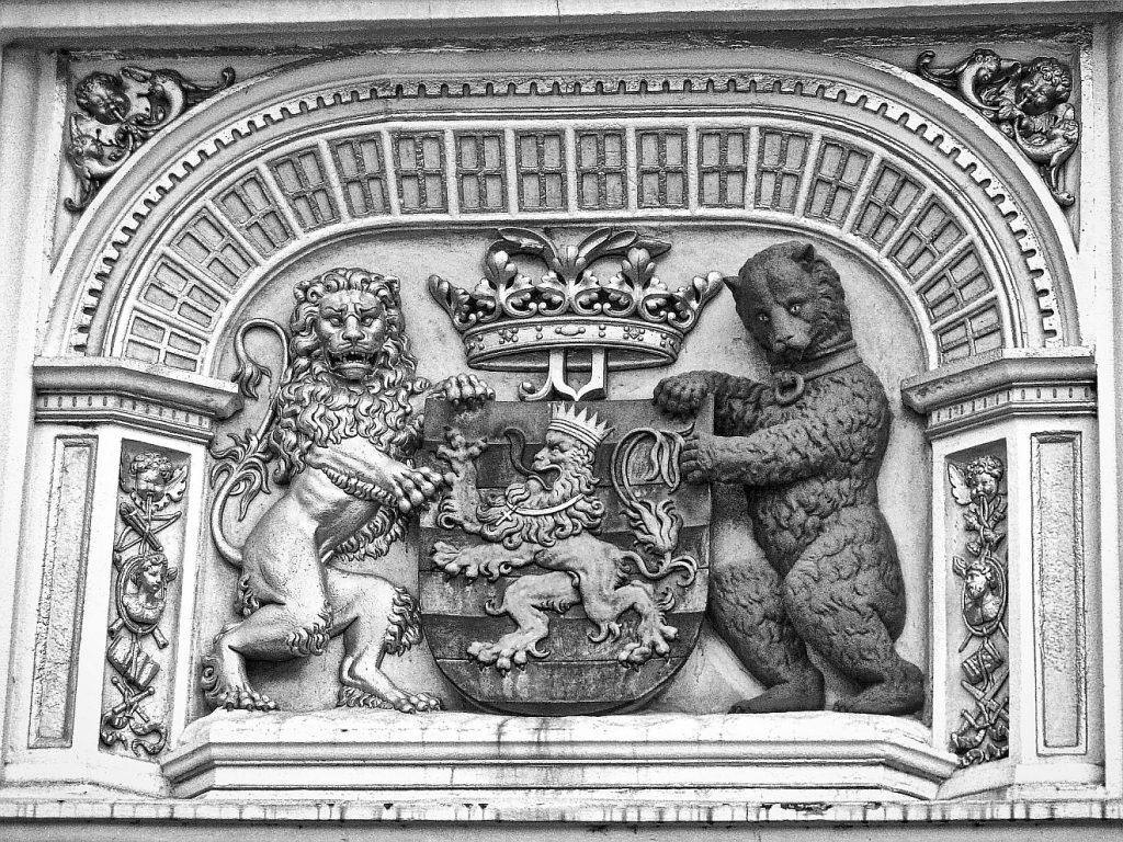 Löwe und Bär auf einem Relief als Wappentiere und Symbole politischer Macht